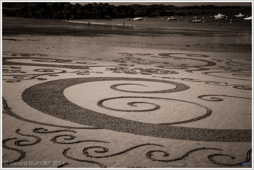 patelgé,land art,rake art,beach art,sand art,dessins sur le sable,dessins au râteau,art contemporain,art plage,festival de l'estran,trégastel 2014,frisottis et arabesques,spirales,grève blanche,bretagne,côtes d'armor,côte de granit rose, gérard Dupont