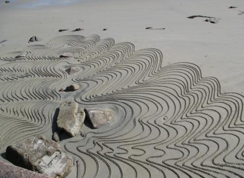 Patelgé, land art, rake art, beach art, beach, sand art, sand, dessin au rateau, dessin sur sable, dessin sable baton, le pli baroque, deleuze, le pli, trestraou, perros-guirec, bretagne, côtes d'armor, art, art contemporain