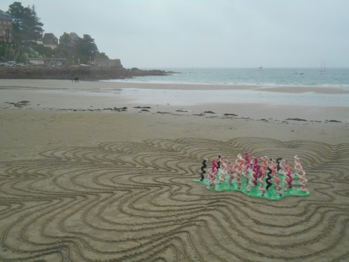 Patelgé, land art, objet flottant, knitting art, art tricoté, tricot, lainages, queues de cochons, big mascarade, éleveurs porcins, perros-guirec, bretagne, art contemporain