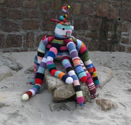 patelgé, land art, knitting art, art tricoté, lainage, potelets, des potelets... bien posés sous des coussinets, La fontaine, fable urbaine, perros-guirec, bretagne, centre ville, art urbain, zygomatik