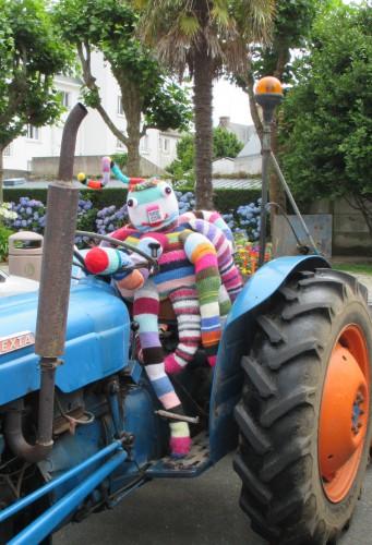 patelgé, land art, knitting art, art tricoté, lainage, potelets, des potelets... bien posés sous des coussinets, La fontaine, fable urbaine, perros-guirec, bretagne, centre ville, art urbain, zyg sur un beau tracteur bleu