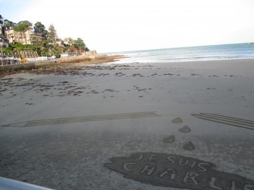 Patelgé, land art, rake art, beach art, sand art, dessin au rateau, dessin sur le sable, sable, plage, art contemporain, art, dessin, perros-guirec, trestraou, bretagne, côtes d'armor, je suis Charlie, hommage à Charlie Hebdo, liberté d'expression, crayon cassé