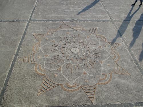 Patelgé, land art, rake art, beach art, sand art, dessin avec sable, kolam, mandala, festival de l'estran, kolam pour l'estran, trégastel, coz porz, Bretagne, côtes d'armor, côte de granit rose
