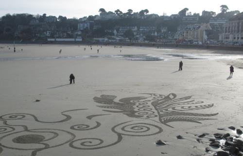 patelgé,land art,rake art,beach art,dessin sur le sable,dessin au rateau,sand art,trestrignel,bretagne,perros-guirec,art contemporain,art,côtes d'armor art, feathers