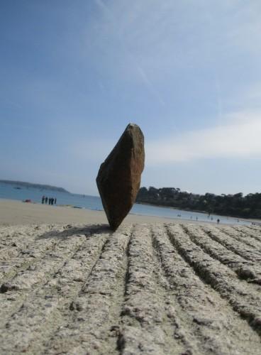 patelge, pierre levée, menhir, rock balancing, perros guirec, landart, land art, art plage, art pierre, equilibre pierre, trestraou, trégor, perros-guirec, point à la ligne