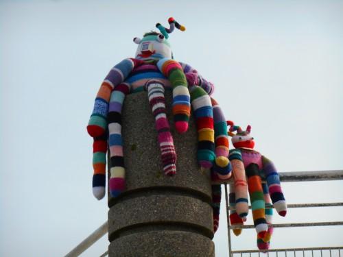 Patlegé, land art, knitting art, yarn bombing, art tricoté, lainage, crochet, knit graffiti, street art, festival de l'estran, trégastel, bretagne, psyché rock de zygomatik et ziguigui