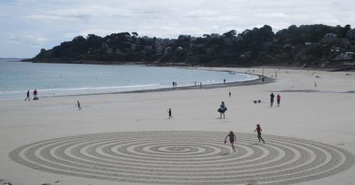 Patelgé, land art, rake art, beach art, dessin sur sable, sand art, dessin au rateau, art, art contemporain, perros-Guirec, trestraou, bretagne, côtes d'armor, le dédale des minots