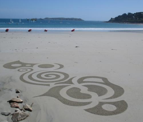 Patelgé, land art, rake art, beach art, sand art, dessin sur sable, dessin au rateau, trestraou, bretagne, perros-Guirec, art contemporain, art, sable, plage, yin yang jung