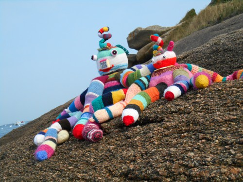 patelgé,land art,knitting art,yarn bombing,rochet,knit graffiti,art tricoté,tricot,lainage,street art,festival de l'estran,trégastel 2014,bretagne,psyché roch de zygomatik et ziguigui,pierre henry,psyché rock