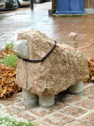 patelgé,land art,urban art,art urbain,knitting art,art tricoté,tricot,lainages,art dans la ville,perros-guirec,centre ville,la belle endormie,la femme est son chien